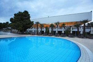 013-Solaris-Hotel-Ivan- outdoor-pool-Restaurant-terrace